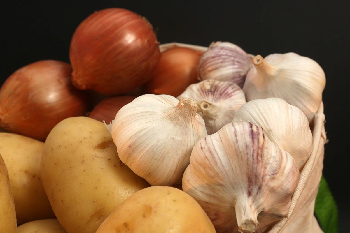 Cebolas, alhos e batatas